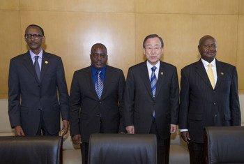 De gauche à droite: le Président du Rwanda, Paul Kagame, le Président de la RDC, Joseph Kabila, le Secrétaire général Ban Ki-moon, et le Président Yoweri Museveni, de l'Ouganda, à  Addis-Abeba, en Ethiopie, le 28 janvier 2013.