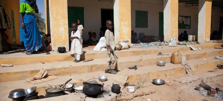 Des personnes déplacées se réfugient dans un lieu public de la ville d'El Sireaf, au Nord Darfour, après des affrontements entre les tribus Abbala et Beni Hussein.