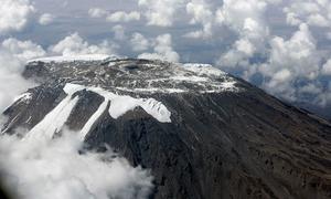Vista aérea del hielo que se está derritiendo en el tope del Monte Kilimanjaro.