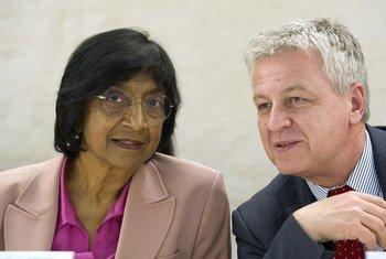 La Haut Commissaire des Nations Unies aux droits de l'homme, Navi Pillay, avec le Président du Conseil des droits de l'homme, Remigiusz A. Henczel. Photo ONU/Violaine Martin