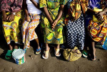 Des femmes assises à l'extérieur d'un dortoir dans un centre pour victimes de violences sexuelles.