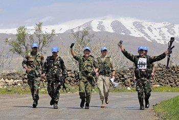 Des Casques bleus de la FNUOD patrouillant sur le plateau du Golan, en Syrie. Photo ONU/Wolfgang Grebien