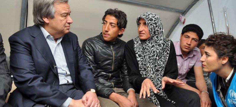 El Alto Comisionado de la ONU para los Refugiados, Antonio Guterres, con refugiados sirios en Turquía. Foto de archivo.