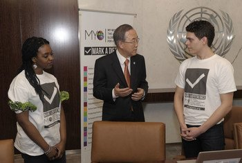 """Le Secrétaire général Ban Ki-moon s'entretient avec des volontaires de """"My World"""", une enquête menée au niveau mondial sur les priorités de développement."""