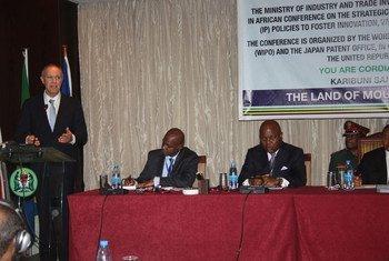 Le Directeur général de l'Organisation mondiale de la propriété intellectuelle (OMPI), Francis Gurry (à gauche), lors d'une conférence à Dar es Salaam.