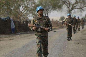 Des Casques bleus patrouillent à Pibor, dans l'état de Jonglei, au Soudan du Sud.