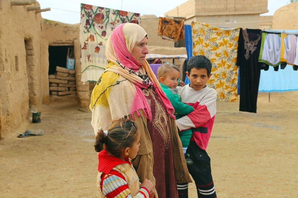 Une famille déplacée établie dans la zone du gouvernorat d'Al-Hassakeh, dans le nord de la Syrie, où le PAM fournit une assistance alimentaire.