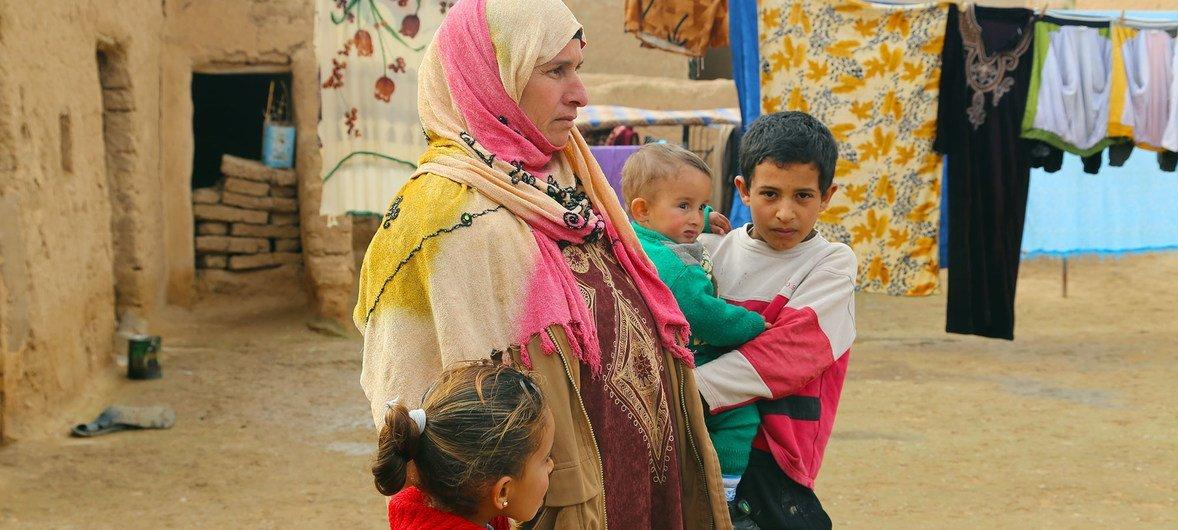 Uma família deslocada que vive na área de Al-Shadadi, na província de Al Hassakeh, nordeste da Síria, onde a ONU está prestando assistência alimentar.