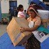 Des personnes déplacées dans l'État de Kachin, au Myanmar, reçoivent de l'aide (archive). OCHA s'est déclaré inquiet des informations faisant état d'une escalade du conflit armé dans plusieurs régions de l'État