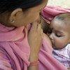 印度一名妇女在进行母乳喂养。