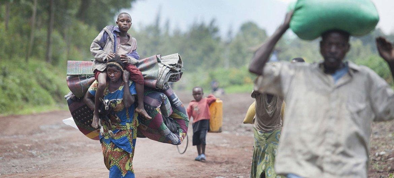 Des personnes déplacées arrivent à Munigi, en République démocratique du Congo (RDC), fuyant des combattants fidèles à Bosco Ntaganda, en 2013.