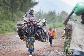 Les personnes déplacées arrivent à Munigi, en République démocratique du Congo (RDC), fuyant des combattants fidèles à Bosco Ntaganda qui approchent de Goma, le 1er mars 2013.