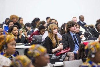 Des jeunes participent à une réunion au Siège de l'ONU, à New York. Photo ONU/Mark Garten