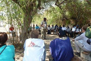 عاملون في المجال الإنساني خلال اجتماع للتنسيق في ولاية جونقلي بجنوب السودان.