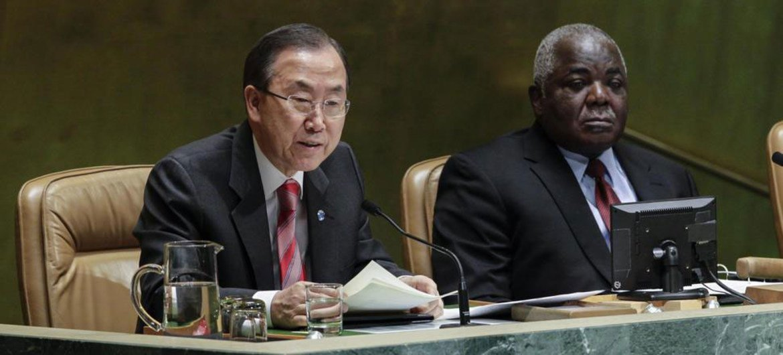 Le Secrétaire général Ban Ki-moon (à gauche) prend la parole lors d'une réunion de l'Assemblée générale marquant la Journée  internationale de commémoration des victimes de l'esclavage et de la traite transatlantique.