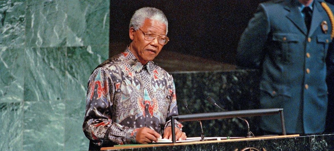1995 में संयुक्त राष्ट्र की 50वीं वर्षगाँठ के अवसर पर यूएन महासभा को सम्बोधित करते हुए राष्ट्रपति नेलसन मण्डेला (अक्टूबर 1995)