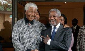 Encontro entre o ex-secretário-geral da ONU, Kofi Annan, e o ex-presidente sul-africano Nelson Mandela em Houghton, Johanesburgo, em março de 2006.