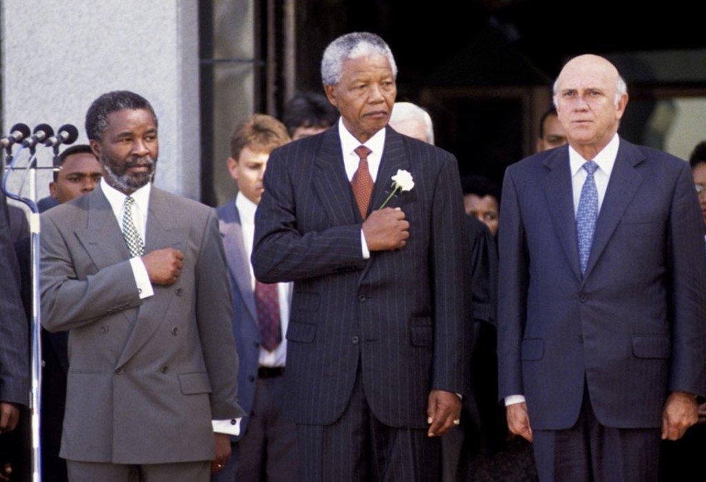ONU/C Sattleberger Nelson Mandela (centro) asume la presidencia de Sudáfrica en 1994.A la izquierda Thabo Mbeki,quien sucedería en la presidencia a Mandela, y a la derecha F.W. de Klerk, con quien Mandela compartió el Premio Nobel de la Paz.