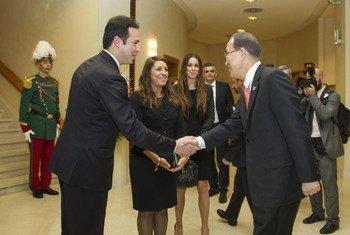 Secretary-General Ban Ki-moon (right) greeting the Captains Regent Teodoro Lonfernini I and Denise Bronzetti at the Palazzo Pubblico in San Marino.