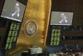 L'Assemblée générale au moment du vote de la résolution ouvrant à ratifications le Traité sur le commerce international des armes.