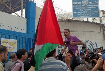 لاجئون فلسطينيون يتظاهرون أمام مكاتب الأونروا في قطاع غزة.