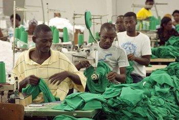 Trabajadores en el Parque industrial de Sonapi, en Puerto Príncipe, Haití. Foto de archivo: ONU/Eskinder Debebe