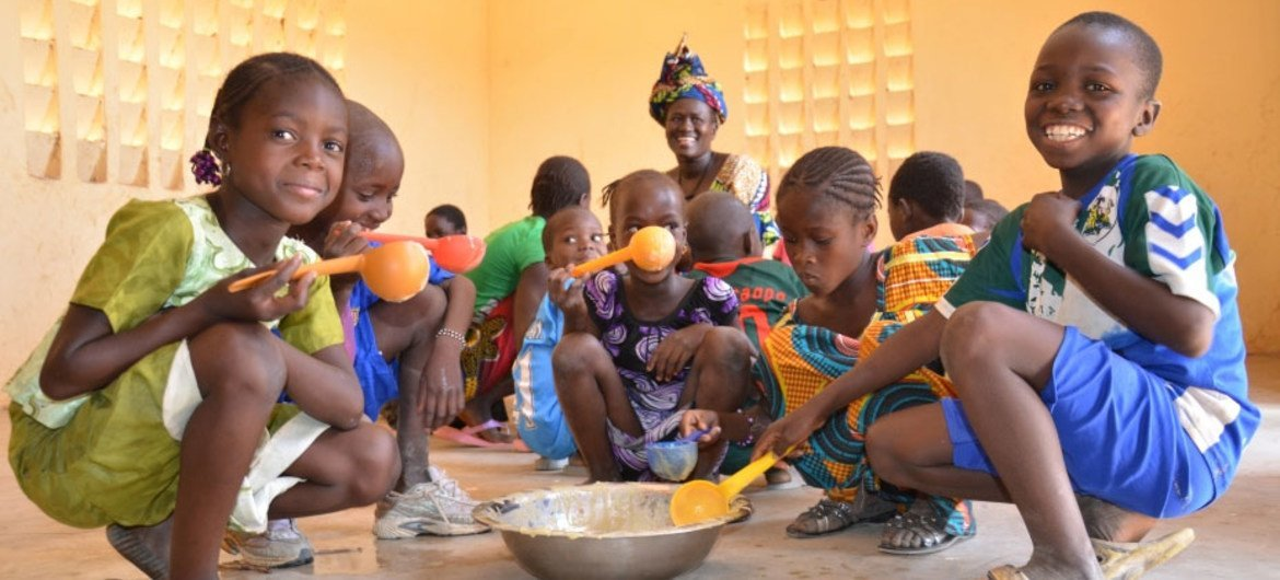 WFP is providing meals to schools in Mali to ensure children get the calories and nutrition they need while giving them an added incentive to keep coming to class.