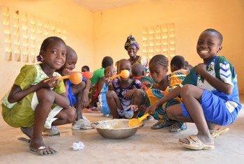 Le PAM fournit des repas scolaires au Mali.