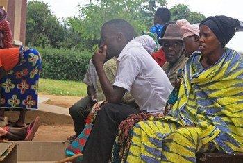 Des patients attendent devant le centre de santé pour réfugiés à Nakivale en Ouganda (photo d'archives).