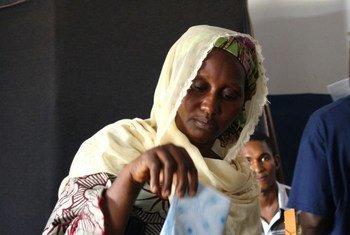Une femme votant dans le district d'Hamdallaye, à Conakry, la capitale de Guinée, en juillet 2010.