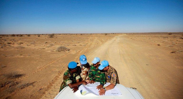 Миротворцы Миссии ООН  по проведению референдума в Западной Сахаре (МООНРЗС) сверяются с картой в Смаре, Западная Сахара