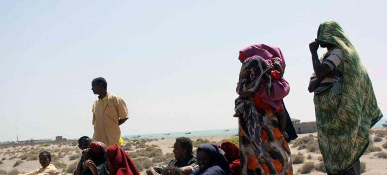 索马里难民在抵达非洲之角后在也门海岸休息。难民署图片/R. Nuri