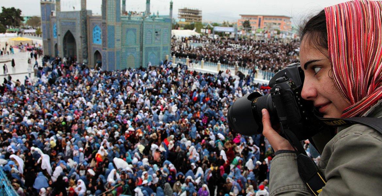 المصورة فرزانا وحيدي، تغطي فعالية لتمكين المرأة في مزار الشريف في أفغانستان.