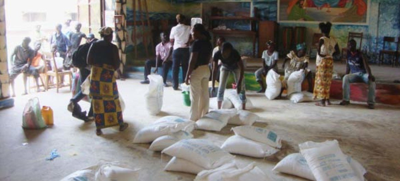Au centre communautaire Don Bosco, situé à Bangui, le PAM distribue des rations alimentaires aux Centrafricains déplacés.