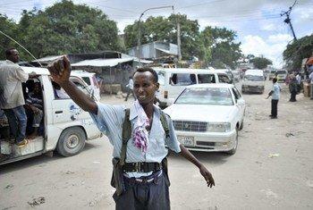 Un policier gère la circulation à Mogadiscio en Somalie.