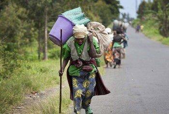 Des villageois fuient Sake, dans la province congolaise du Nord-Kivu, après des affrontements entre les FARDC et des rebelles armés.