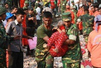 Rescate de trabajadores en Dacca