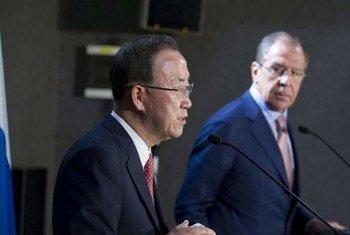 Le Secrétaire général, Ban Ki-moon, en conférence de presse avec le Ministre des affaires étrangères, Sergey Lavrov. Photo ONU/Eskinder Debebe