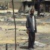 Un homme devant sa maison détruite à Baga dans l'état de Borno au Nigéria.