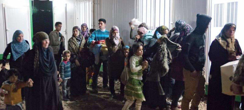 Des familles syriennes continuent de fuir le pays, ici à la frontière avec la Jordanie