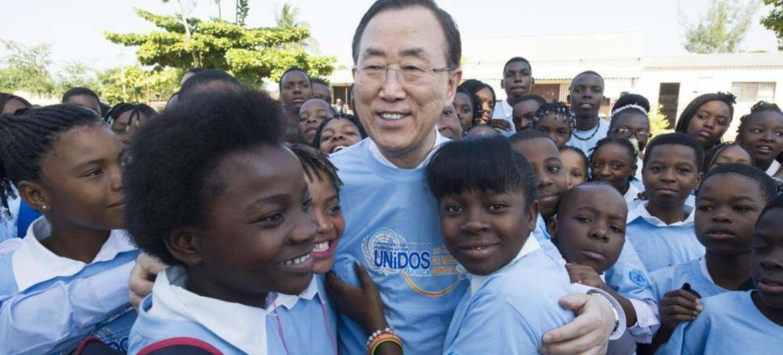 Ban Ki-moon avec des élèves du lycée de Polana Caniço, à Maputo au Mozambique. Photo ONU/Eskinder Debebe