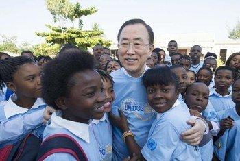 Secretary-General Ban Ki-moon with students at Sansão Muthemba Secondary School in Polana Caniço, Maputo, Mozambique.