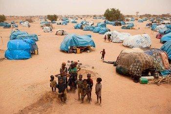 Refugiados malienses en Mangaize. Foto: ACNUR/H. Caux