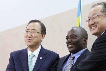 Ban Ki-moon (à gauche) avec le Président de la Banque mondiale Jim Kim (à droite) et le Président de la RDC, Joseph Kabila.