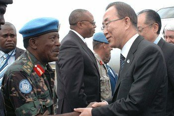Ban Ki-moon rencontre le Commandant de la brigade d'intervention de la MONUSCO, general James Mwakibolwa, à Goma.