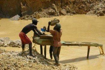 Trabajadores en una mina de oro en Ghana  Foto: IRIN/John Appiah