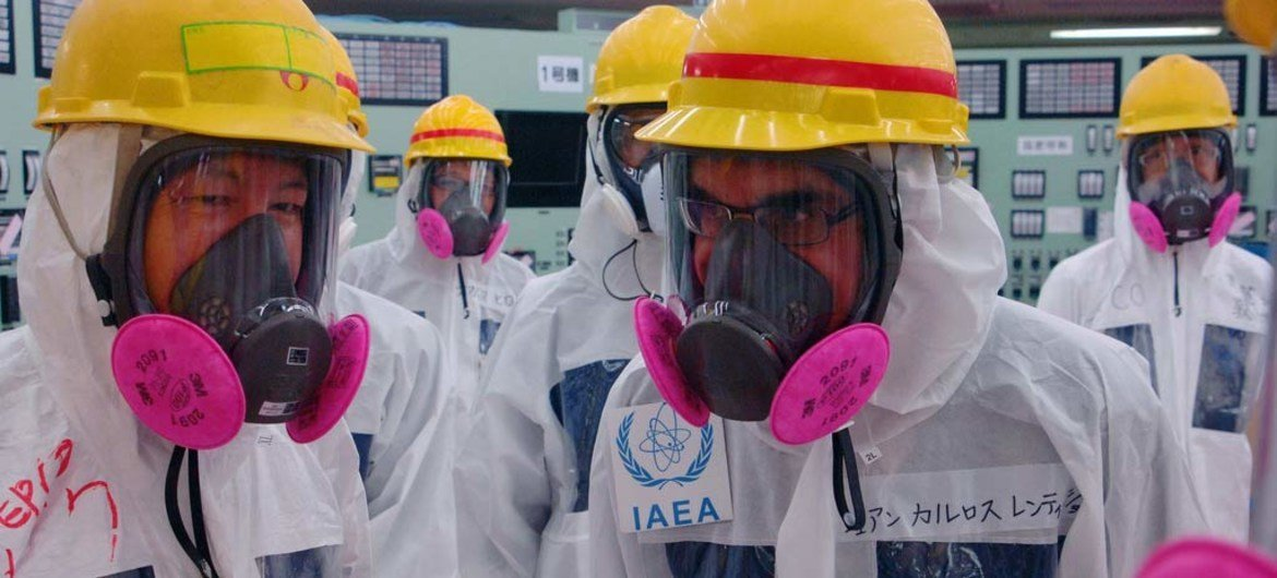 IAEA's Director of Nuclear Fuel Cycle and Waste Technology Juan Carlos Lentijo (right), speaks with Shift Superintendent Ikuo Izawain at the Fukushima Daiichi Nuclear Power Station.