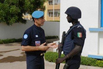 Paolo Bonnano est un membre de la force de police de l'ONU déployée au Mali. M. Bonnano organise notamment  des formations sur le maintien de la sécurité et le respect des droits de l'homme à la police locale. Photo ONU