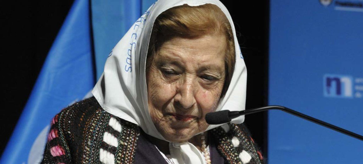 """Mother of an Argentinean """"desparecido"""" or """"disappeared"""" tells her story during a visit to Buenos Aires in June 2011 by Secretary-General Ban Ki-moon."""