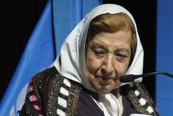 La mère d'un Argentin porté disparu raconte son histoire lors d'une visite du Secrétaire général ban Ki-moon à Buenos Aires, en juin 2011. Photo ONU/Evan Schneider